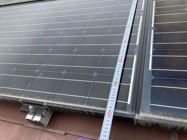 屋根に設置された太陽光パネルをスケールで計測