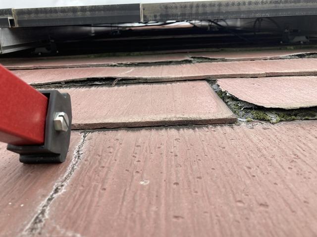 パミール屋根材に設置された太陽光からパネル下を覗き込む