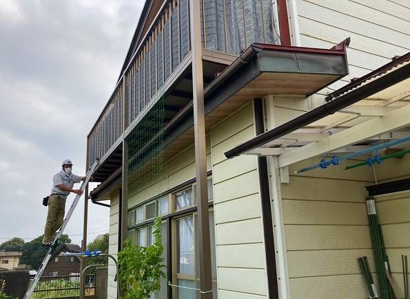 日立市の縦葺き屋根の上に設置された後付けベランダ下を調査する