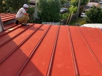 日立市の縦葺き屋根の上を点検する街の屋根やさん水戸店のスタッフ