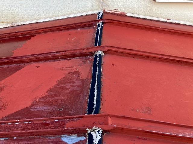 日立市の縦葺き屋根の棟をお客様が補修した痕