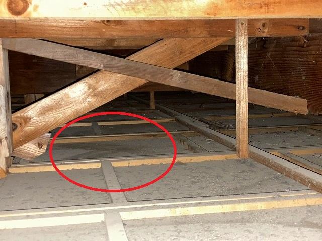 日立市の縦葺き屋根雨漏り調査時に発見された雨染み