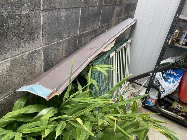 台風の翌日に庭先に落ちていた棟板金