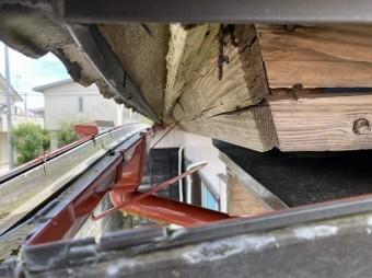 鼻隠しが木割れを起こし雨樋打込み支持金具が脱落している