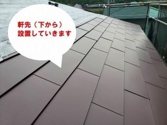 ひたちなか市のパミールへのカバー工法でガルバリウム鋼板を下から葺いていきます