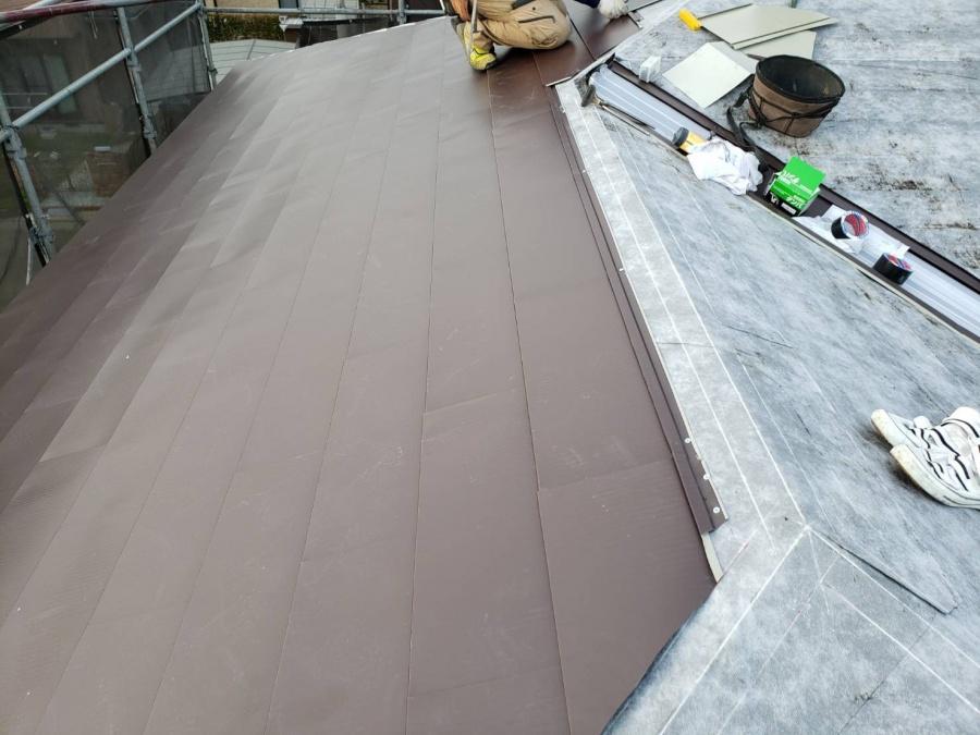 カバー工法で施工された金属横葺き屋根