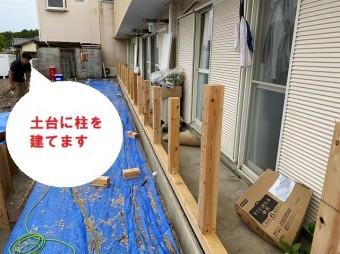 水戸市で巨大台風にも負けない強いベランダ雨仕舞い工事で土台に柱を建てます