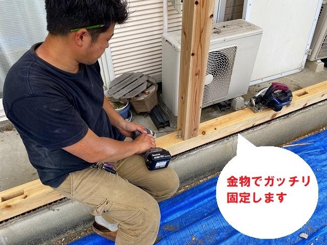 水戸市で巨大台風にも負けない強いベランダ雨仕舞い工事で金物をしようして土台と柱を固定します