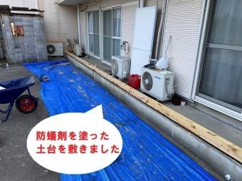 水戸市で巨大台風にも負けない強いベランダ雨仕舞い工事で土台を敷きました
