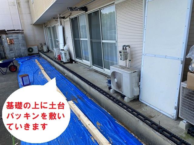 水戸市で巨大台風にも負けない強いベランダ雨仕舞い工事で土台パッキンを敷いていきます