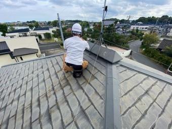 水戸市のスレート屋根の換気塔を確認している