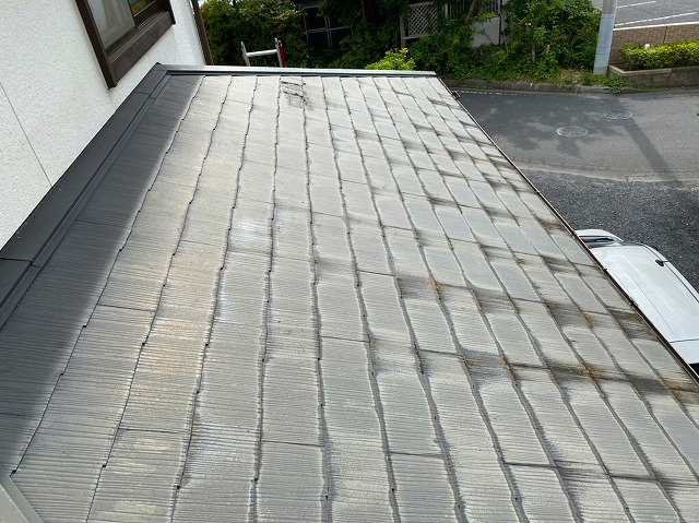 水戸市のスレート屋根の下屋を調査している所