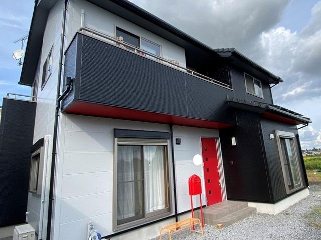 黒とコンクリート色に赤のポイント塗装が映える塗装完了現場