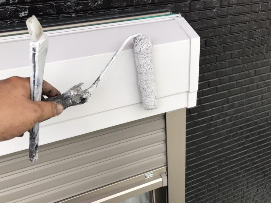 シャッターボックスに白の下塗り材をローラーで塗布