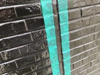 クロの外壁にクロのシーリングを充填