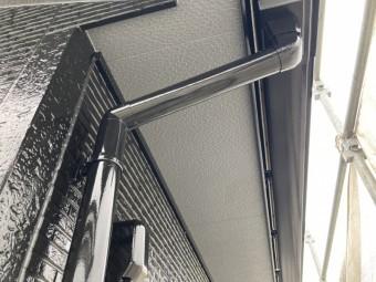 軒天の下から撮影した外壁と雨樋