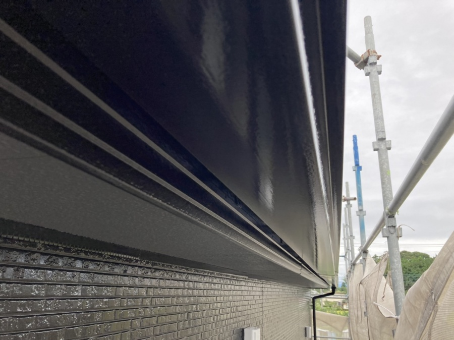 軒樋にクロの塗料を塗布し艶がよみがえる