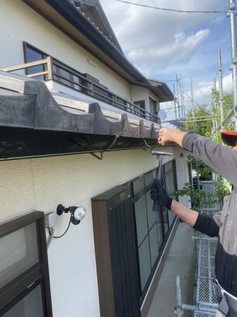 いぶし雨樋用支持金具を鼻隠しに施工する職人