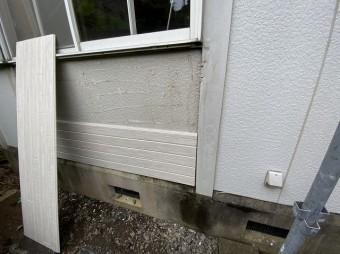 窓枠下のサイディングを張り替えている画像