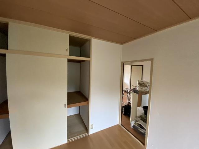 白い量産品クロスで壁紙張りが完了した笠間市の洋室