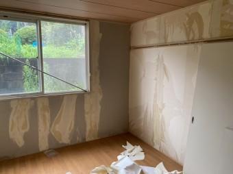 笠間市のアパートで北側の洋室の壁紙を剥がす