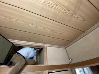 雨漏り箇所を屋根裏から確認する為に天袋から作業員が確認