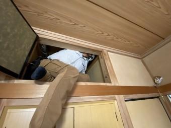 雨漏り箇所を屋根裏から確認する為に天袋の天板を開ける