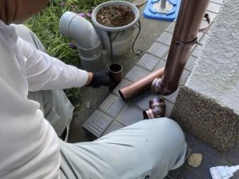 地上に落とす雨水を運ぶ雨樋施工
