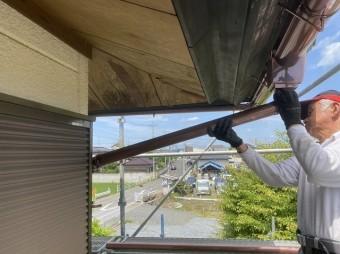 いぶし雨樋の呼び樋部分を施工する職人