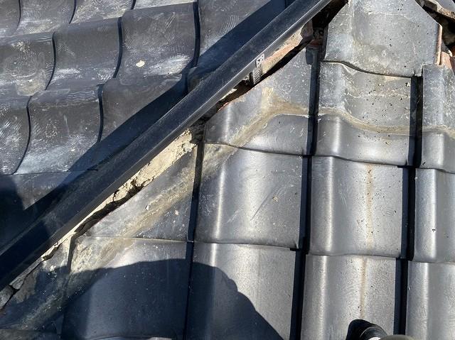 隅棟にガイドライン用の支持金具を取り付け樹脂製の垂木を設置