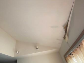 雨漏りによって捲れてしまった勾配天井の白い壁紙