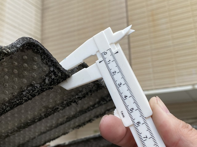 大波スレートの厚みをノギスで計測