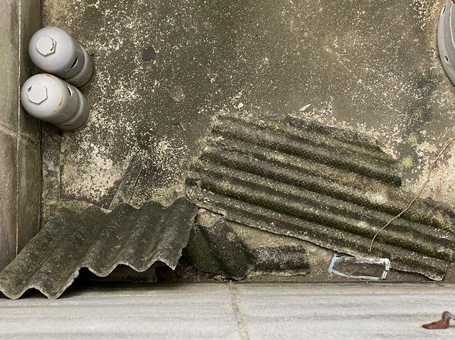 破損したボンベ庫の波型ステート屋根材