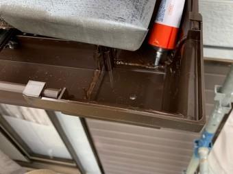 軒樋のコーナー部分の継手の内側にも接着剤を塗布
