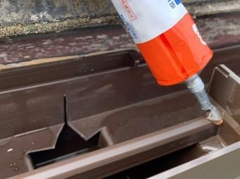 集水器のズレを防止する為に集水器にワンポイント接着