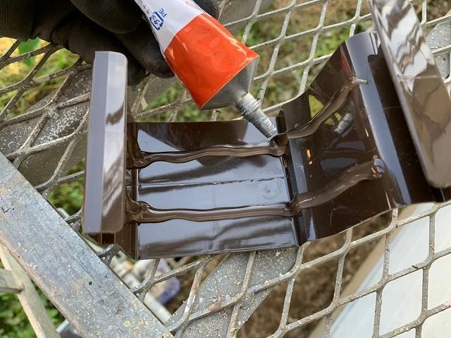 パナソニック製の雨樋の繋ぎ部品に接着剤を二列塗る