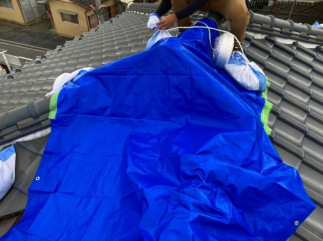 屋根形状が変形寄せ棟にブルーシートを掛ける