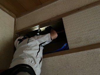 天袋の天板を開ける調査スタッフ