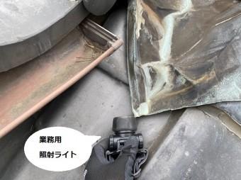 屋根からの雨漏り調査に使用する業務用ライト
