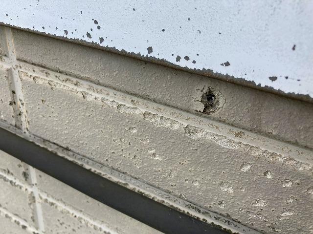 水戸市の店舗様雨漏り調査で発見した塞がれていないビス穴