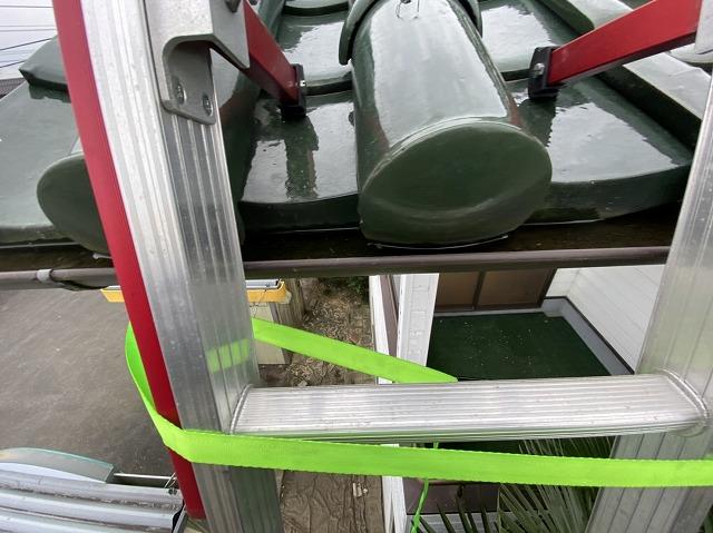 横倒れを防止する為に梯子を緑色のバンドで固定