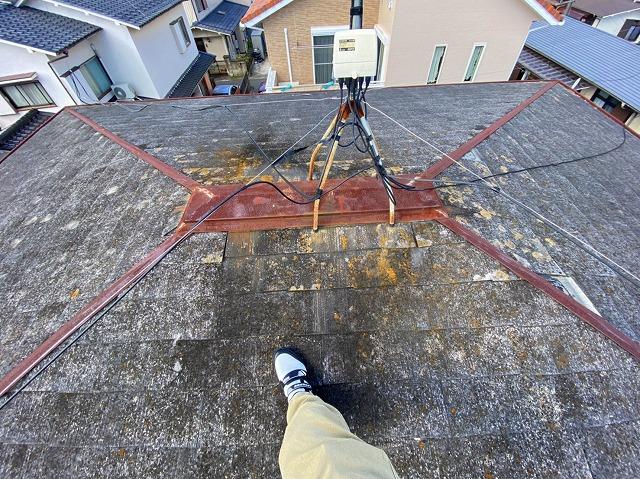 2階屋根の錆びた棟板金