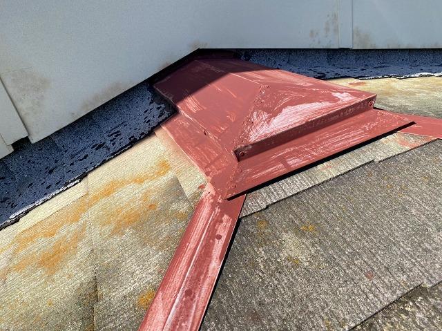 塗装の劣化症状が進んでいる棟板金