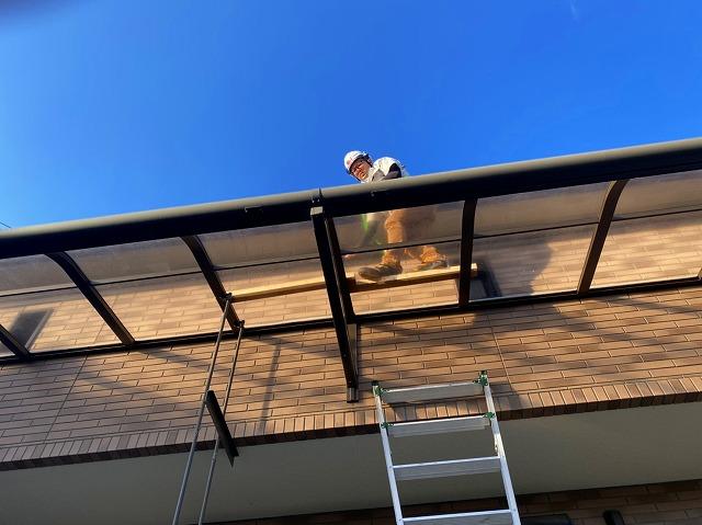 テラス屋根の上での作業風景