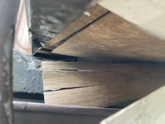 重なり屋根の隙間から見た軒天の破損具合