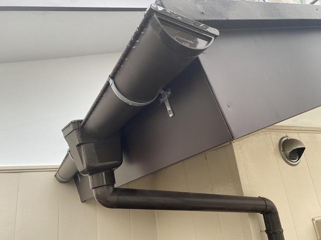 施工が完了したガルバリウム鋼板破風板とPanasonic雨樋