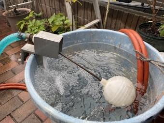 ポリバケツに水を溜めて汲みあげ式高圧洗浄機と連結