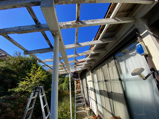 テラス屋根の一部に傷みが見られます