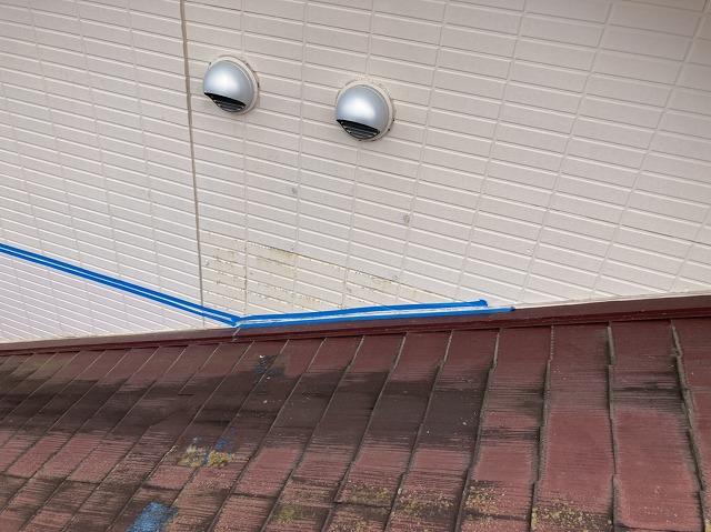 水戸市の現場で、サイディング目地にブルーのマスキングテープで養生