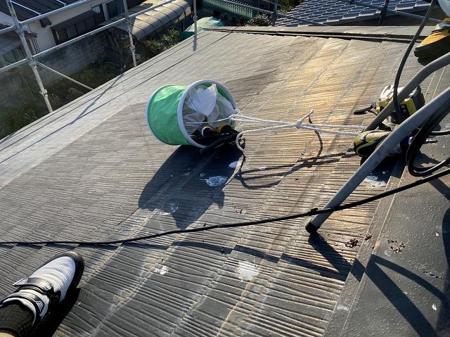 傾斜がある屋根なので工具バケツをロープで吊るして固定